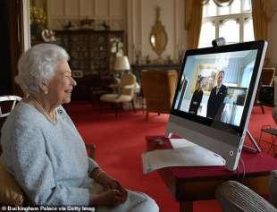 la regina elisabetta in videocollegamento