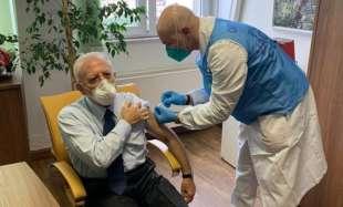 vincenzo de luca si vaccina 1